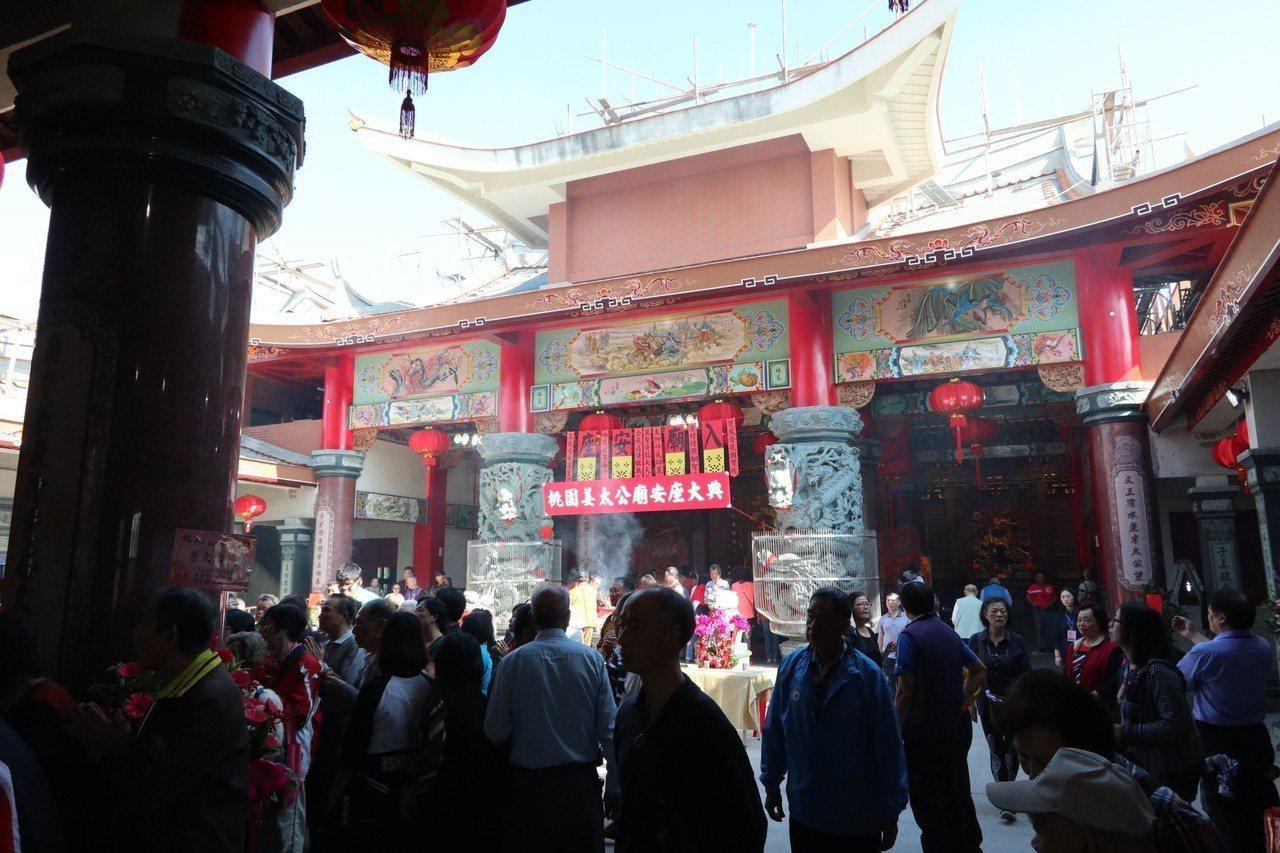 2018年桃園姜太公廟安座大典活動,吸引近上百位信眾參與,包括藝人白冰冰也到場。...