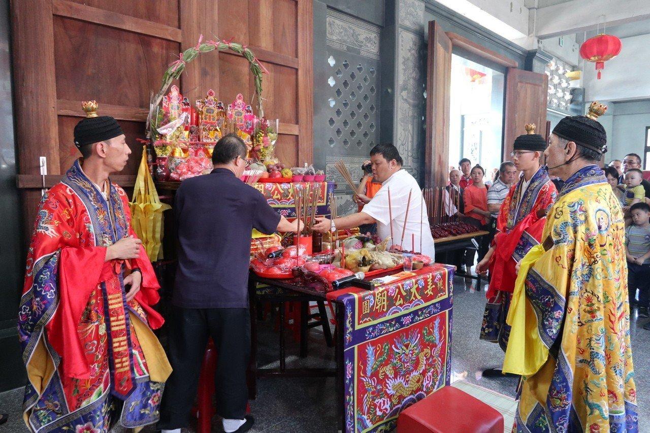 弘揚姜太公文化,歷經7年、桃園市八德區的姜太公廟近日完工,今日舉行安座大典。記者...