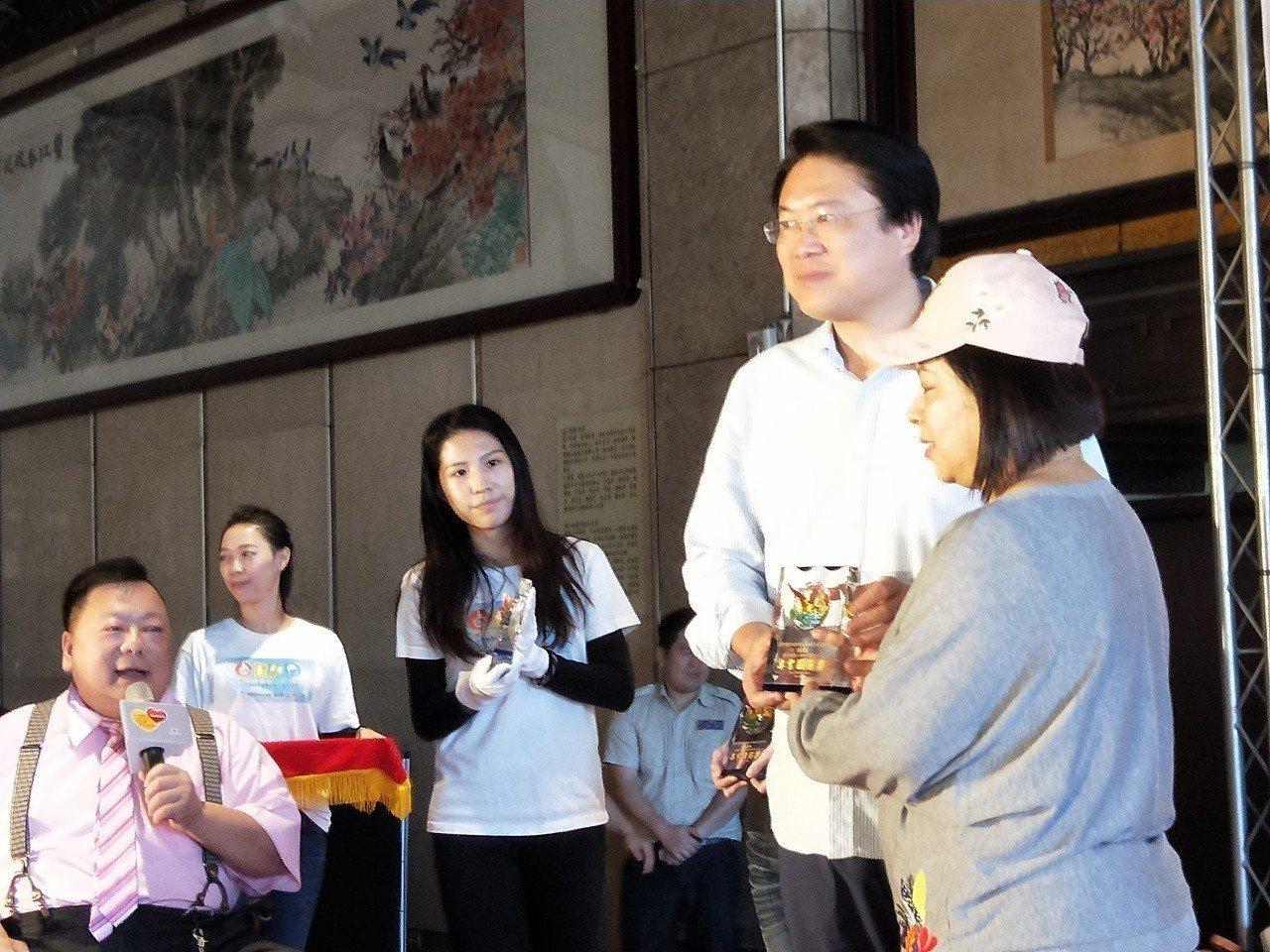 基隆市政府社會處今天在文化中心辦理國障身障日「集聚不一樣、成就大力量」嘉年華活動...