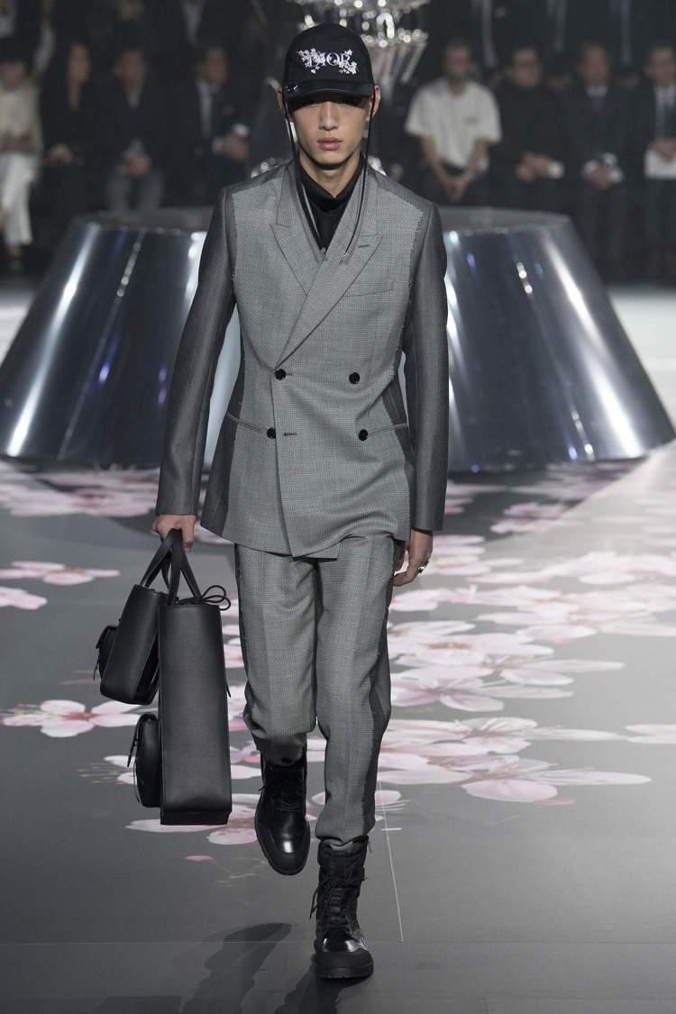 珍珠灰服裝、多包款穿搭為Dior Men 2019早秋標誌。圖/Dior提供