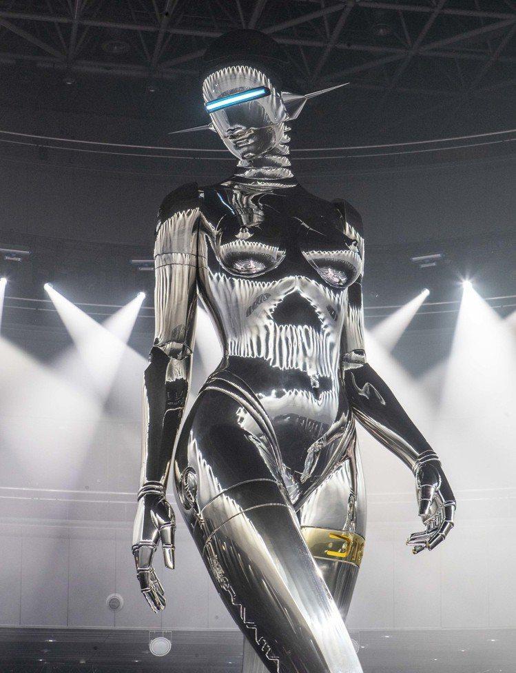 空山基設計的女性機器人造型,呼應了Dior先生認為女性曲線是大自然禮讚的理念。圖...
