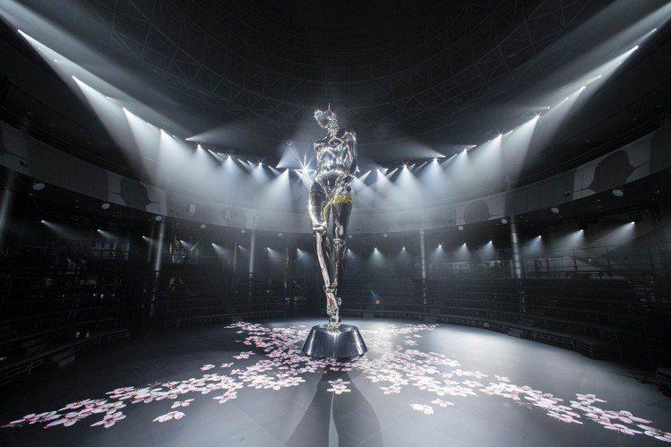 男裝創意總監Kim Jones與空山基合作的發表會場前衛新潮。圖/Dior提供