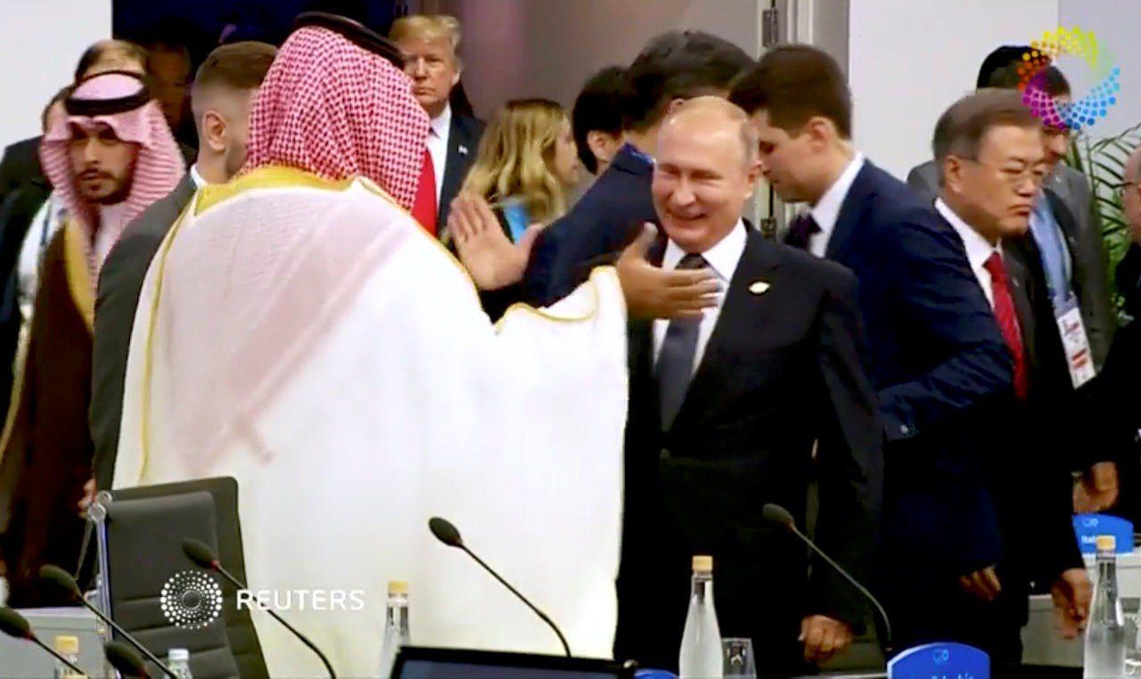 俄羅斯總統普亭30日在G20峰會上以笑臉歡迎沙烏地阿拉伯王儲穆罕默德,還與他擊掌...