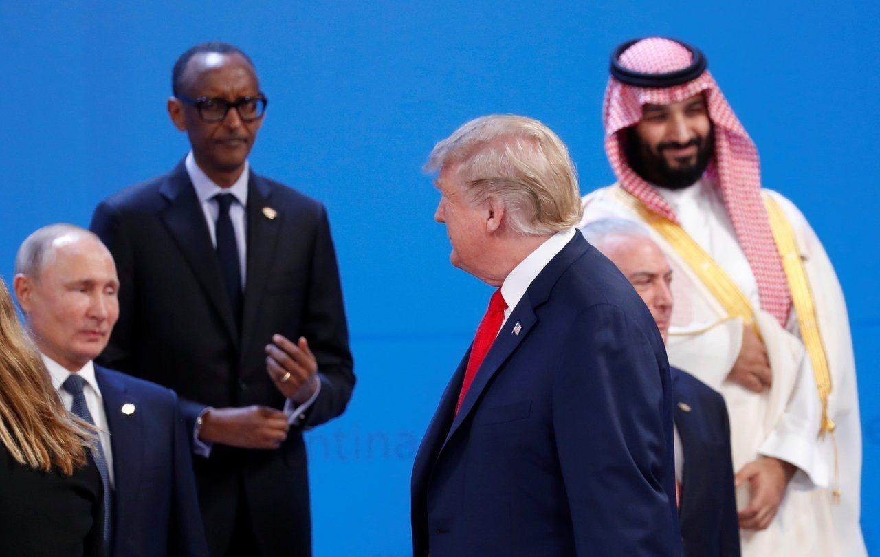 美國總統川普(中)走過沙國王儲穆罕默德(右)和俄國總統普亭(左)旁邊時視若無睹。...