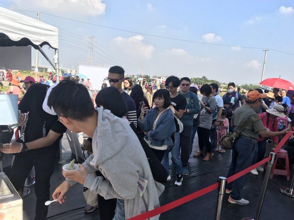 仙草霜淇淋一早就有遊客排長龍嘗鮮。圖/楊梅區公所提供