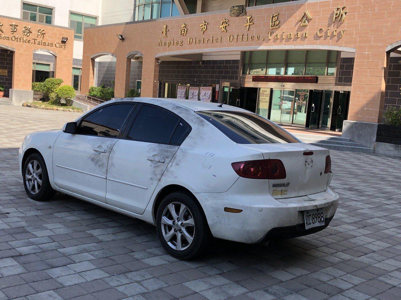 警方在安南區尋獲3嫌作案當天搭乘白色轎車,並在車上採擷相關證物。記者邵心杰/攝影