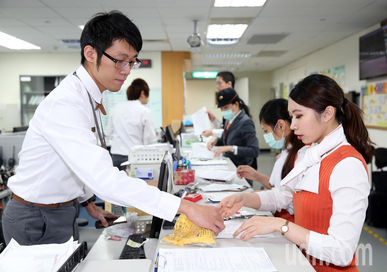 台灣高鐵公司今天宣布明年度調薪計畫,平均調幅約3.5%,並提前至今年11月實施。...