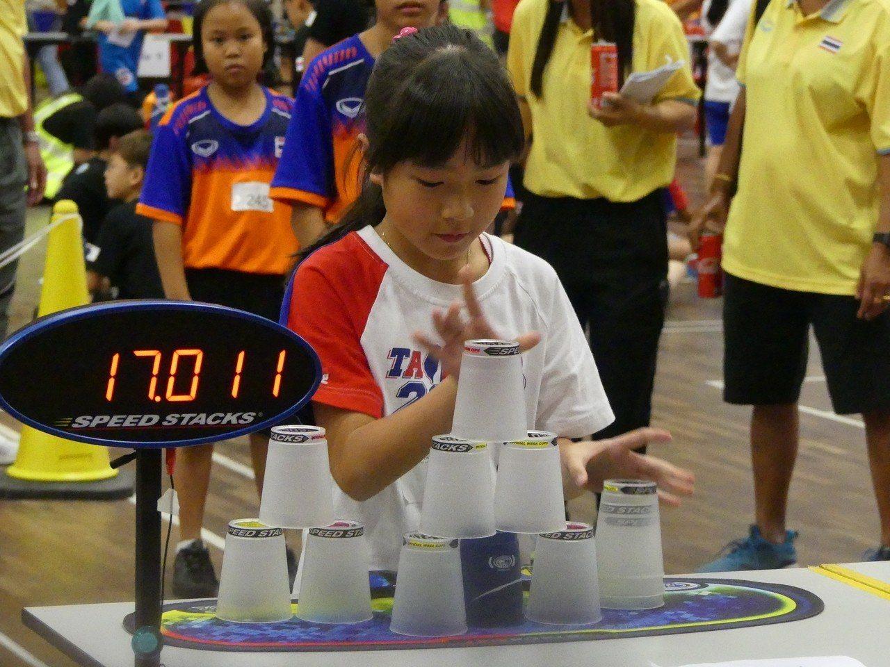 「台灣疊杯小甜心」張瑜庭在馬來西亞舉行的2018競技疊杯亞錦賽中,以預賽個人三項...