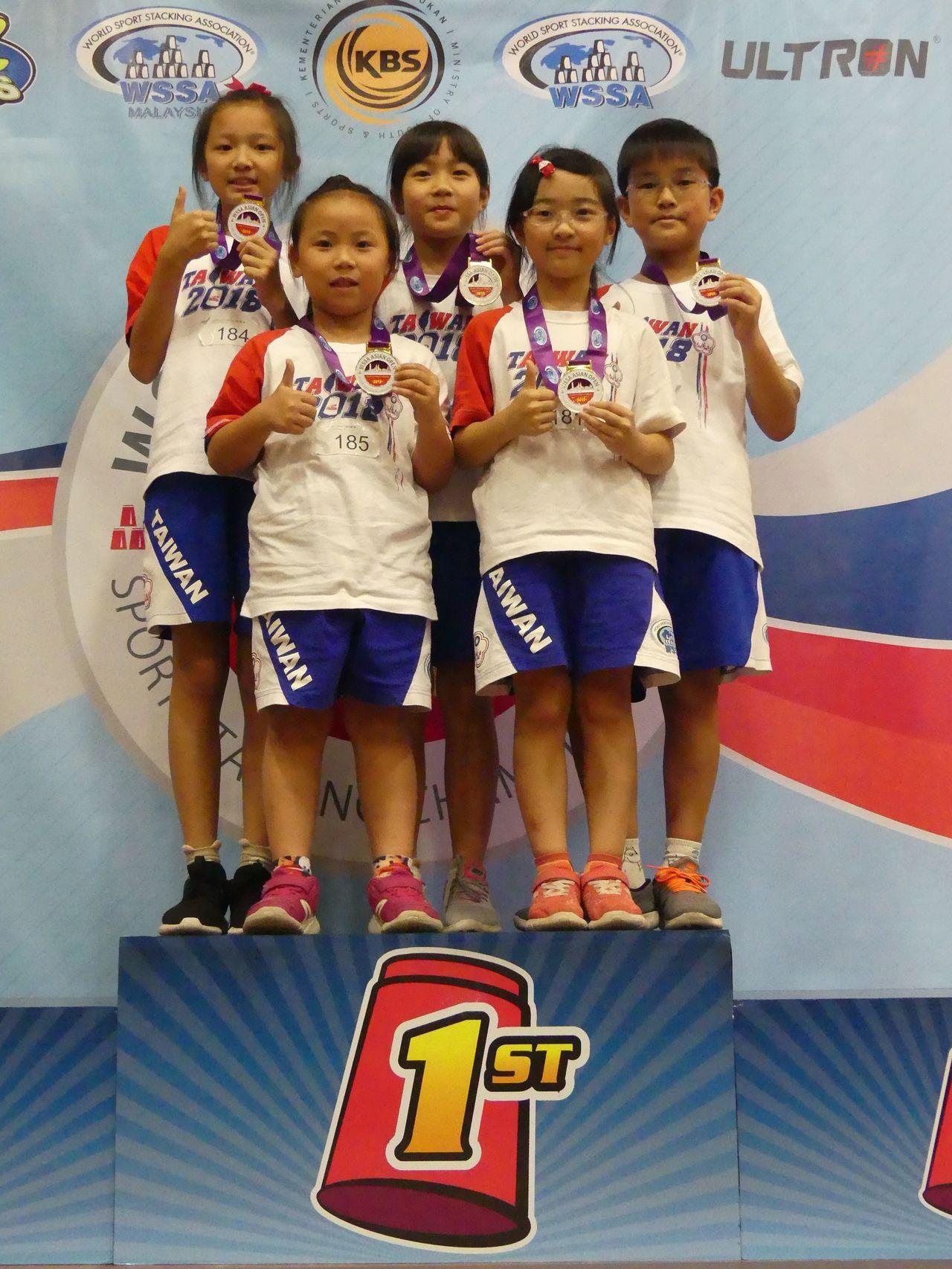 台灣在馬來西亞參加2018競技疊杯亞錦賽的第一面金牌入袋。圖/中華競技疊杯運動推...