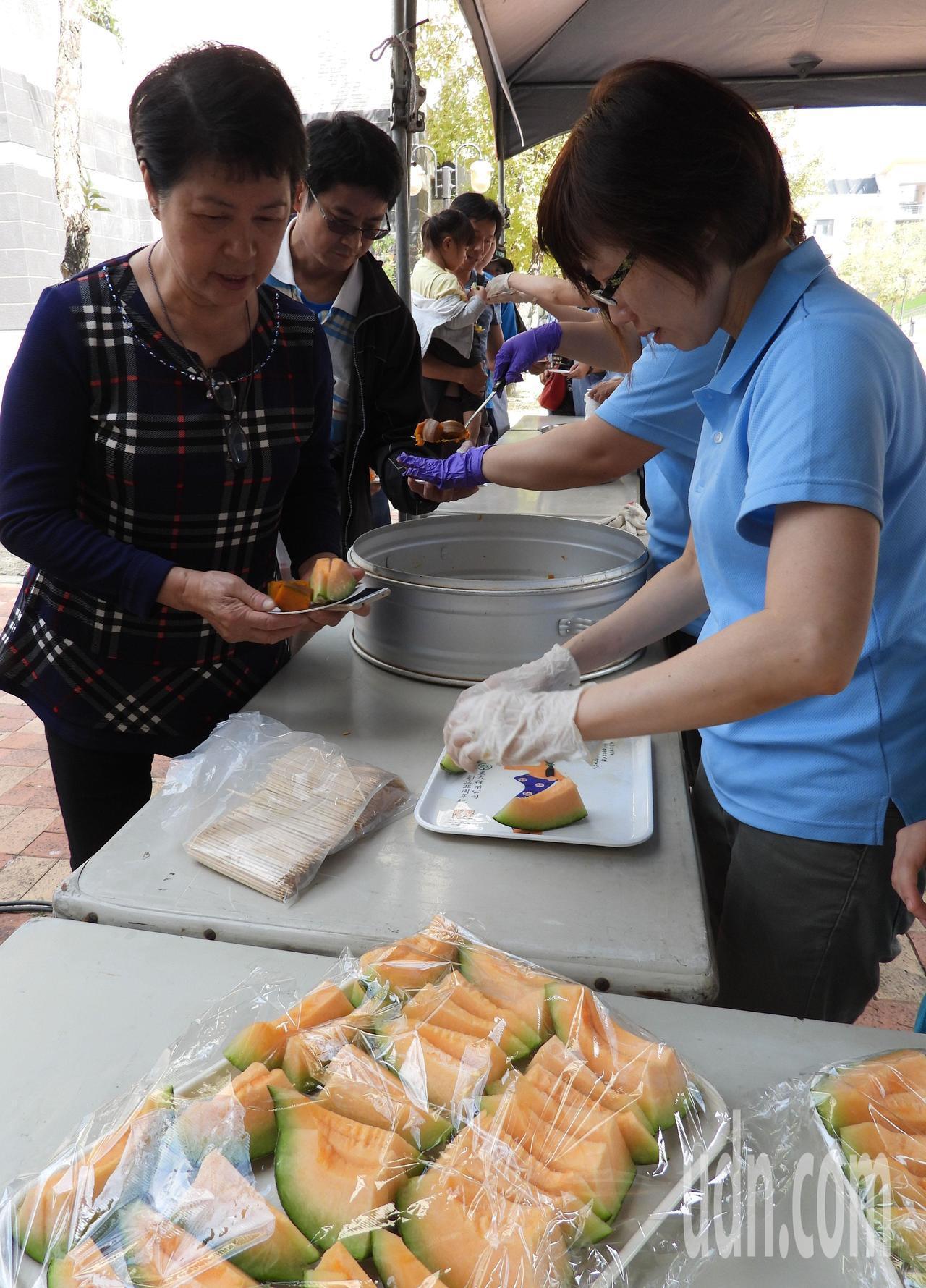 農改場提供各式瓜果供民眾品嘗。記者周宗禎/攝影