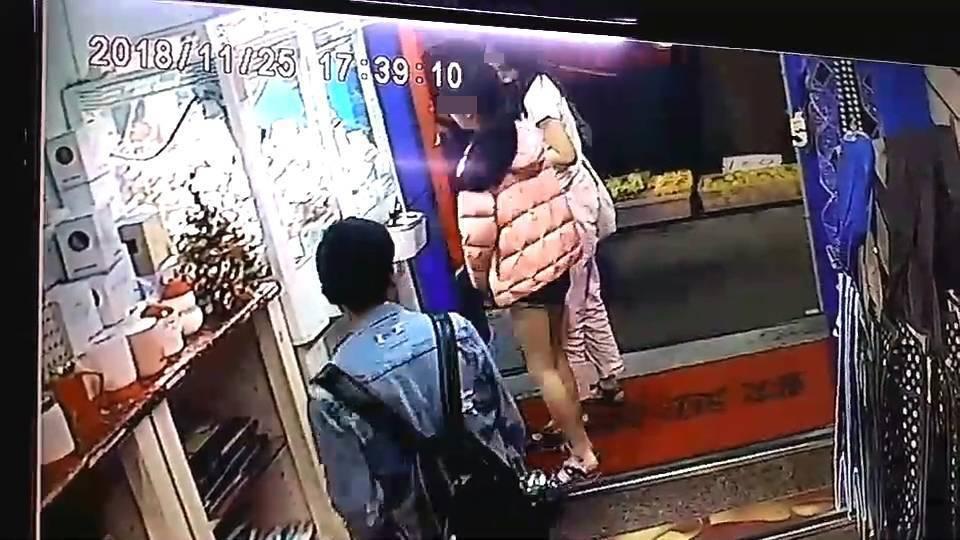 兩名女童在夾娃娃時,被劉姓高中生鎖定。記者李承穎/翻攝