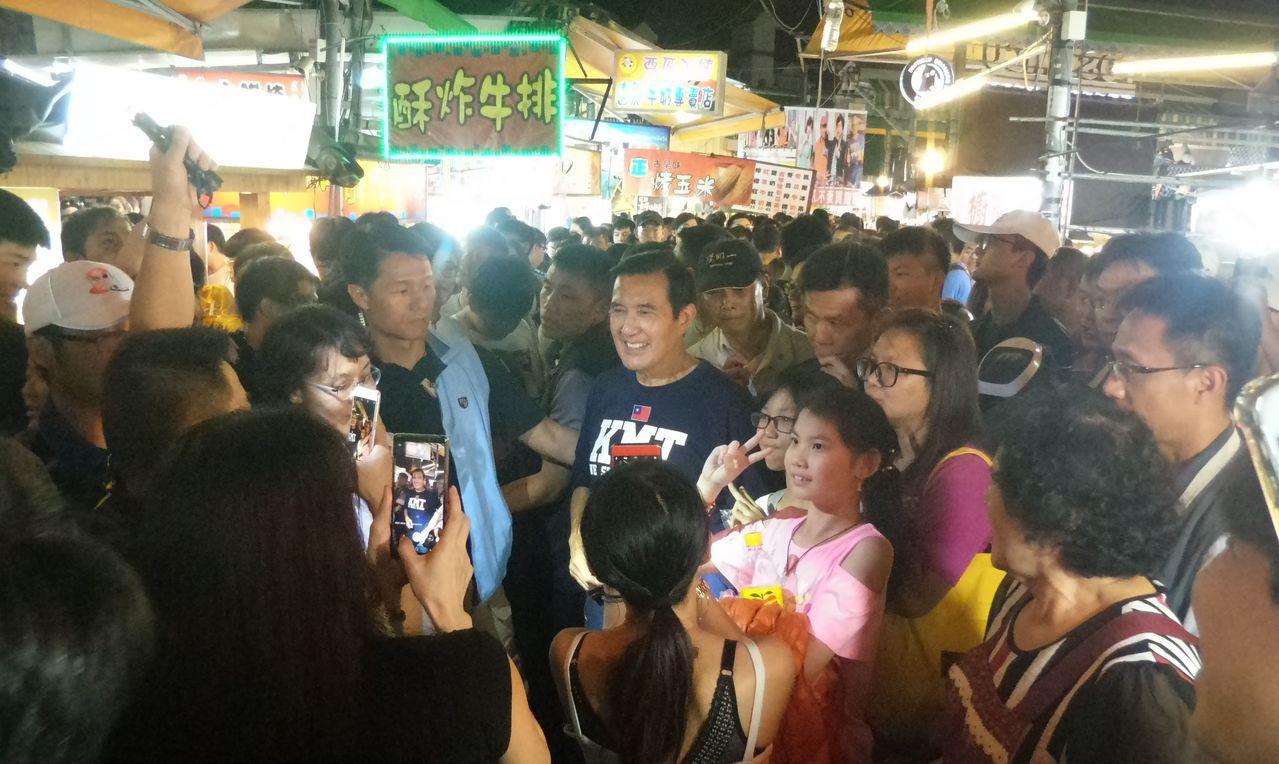 高雄瑞豐夜市平時人潮眾多,圖為11月前總統馬英九到瑞豐夜市的情景。記者林保光/攝...