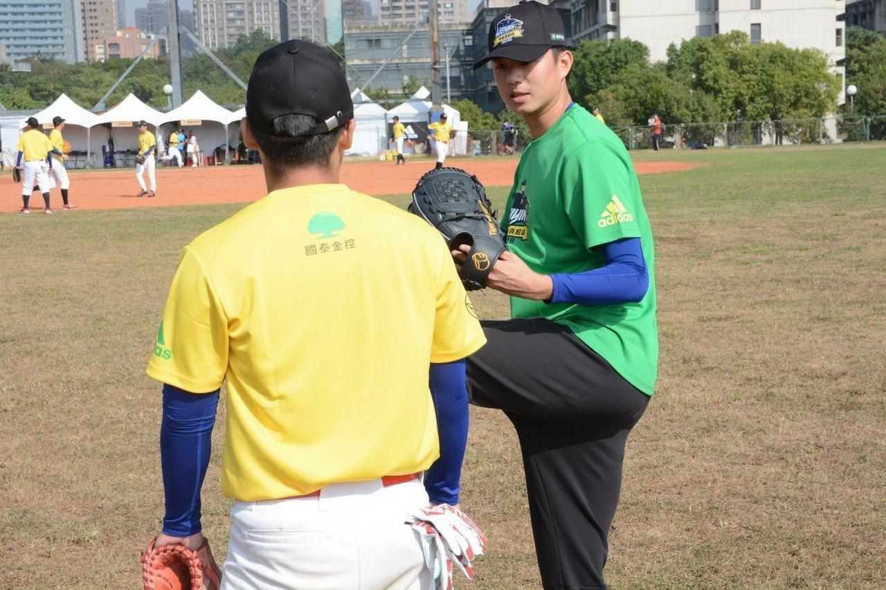 2018陳偉殷棒球訓練營今天開訓,猿隊投手黃子鵬教導學員。記者蘇志畬/攝影