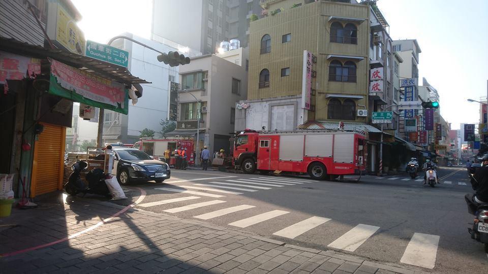 台南市中西區一家網路鬆餅名店,今天上午傳出火警,消防局據報火速到場搶救。翻攝自《...
