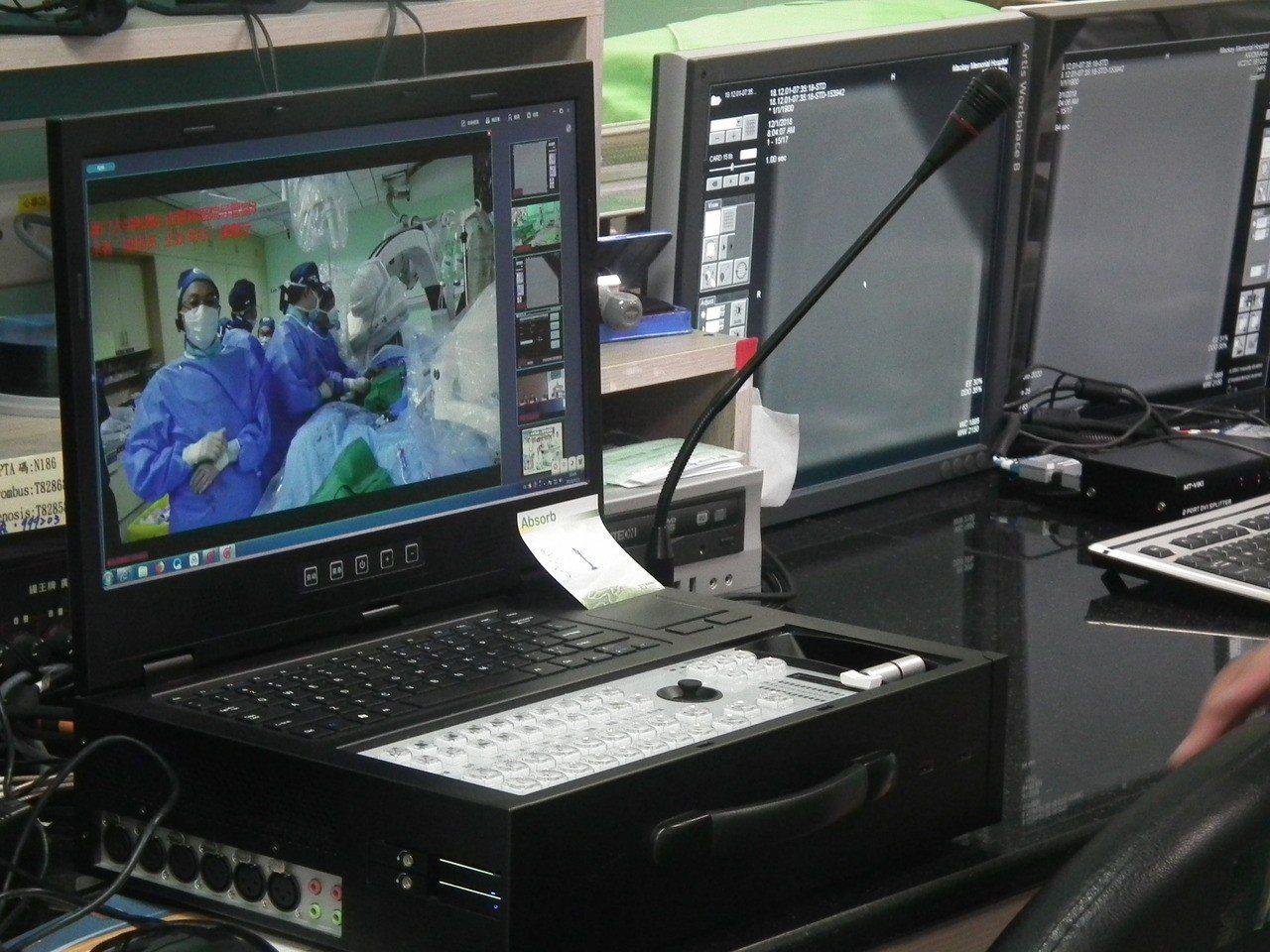 台馬偕醫院心導管示範跨國直播與大陸廈門醫院交流,過程中透過直播影像與廈門醫院專家...