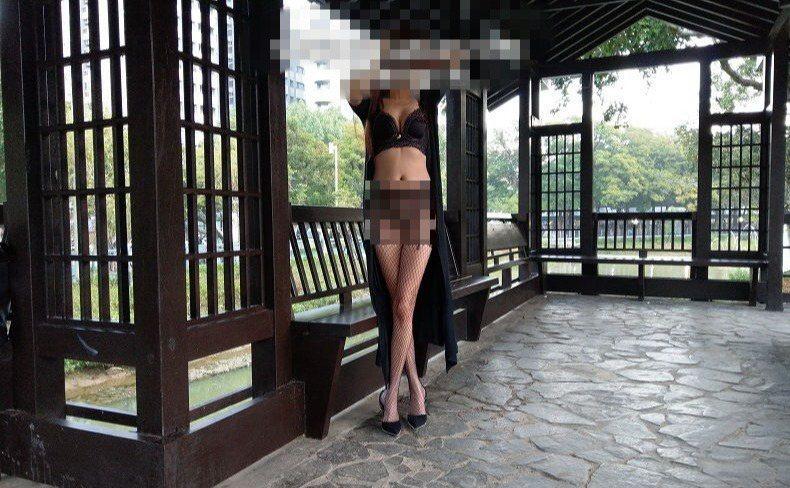 女子穿丁字褲、網襪,在新竹公園拍下性感照。圖/取自520夫妻論壇