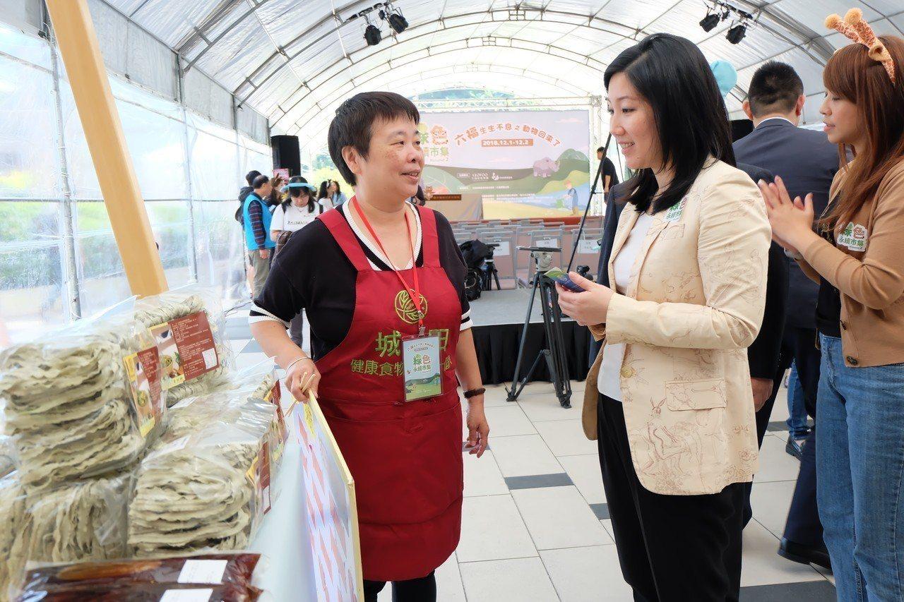 六福旅遊集團董事長莊豐如(右二)走訪每個攤位,和社企交流,了解環境永續商品的新趨...