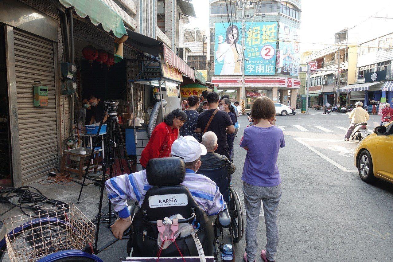林園區炸炸雞排店也有民眾排隊。記者劉星君/攝影