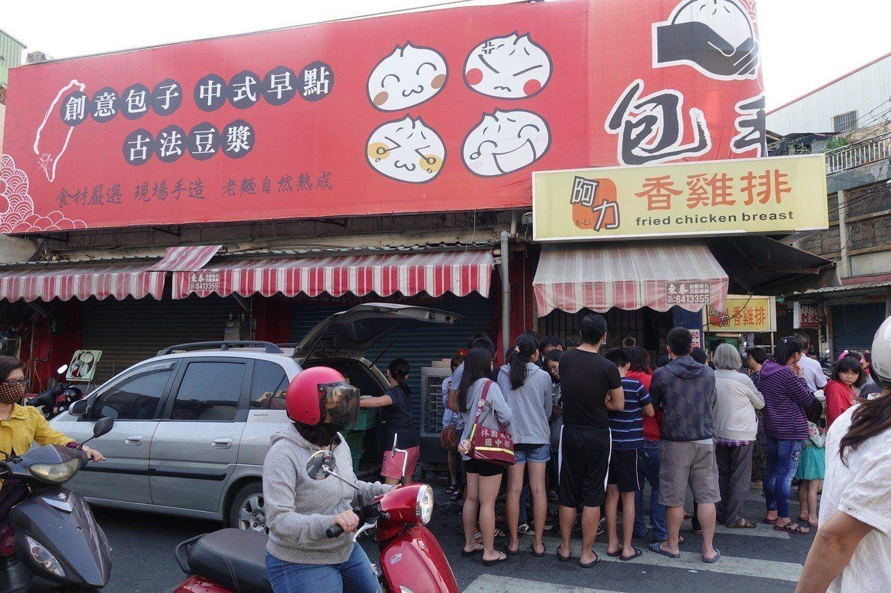 不少民眾在林園區阿力香雞排店排隊。記者劉星君/攝影