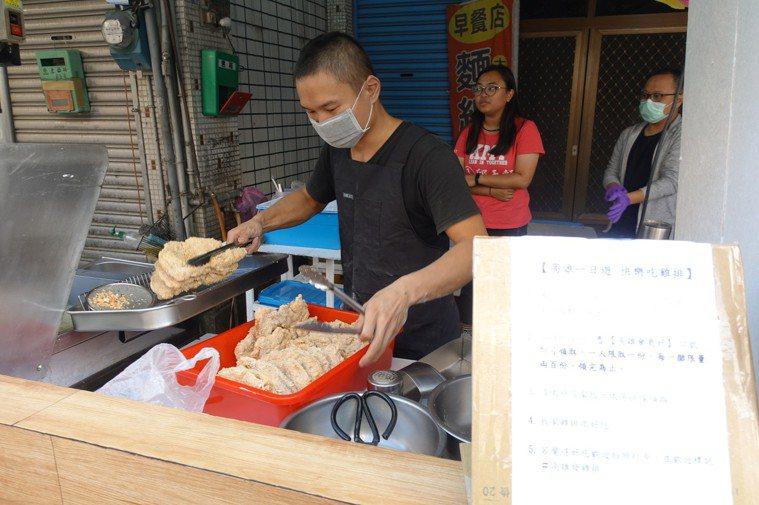 炸炸香雞排店老闆忙著備料。記者劉星君/攝影
