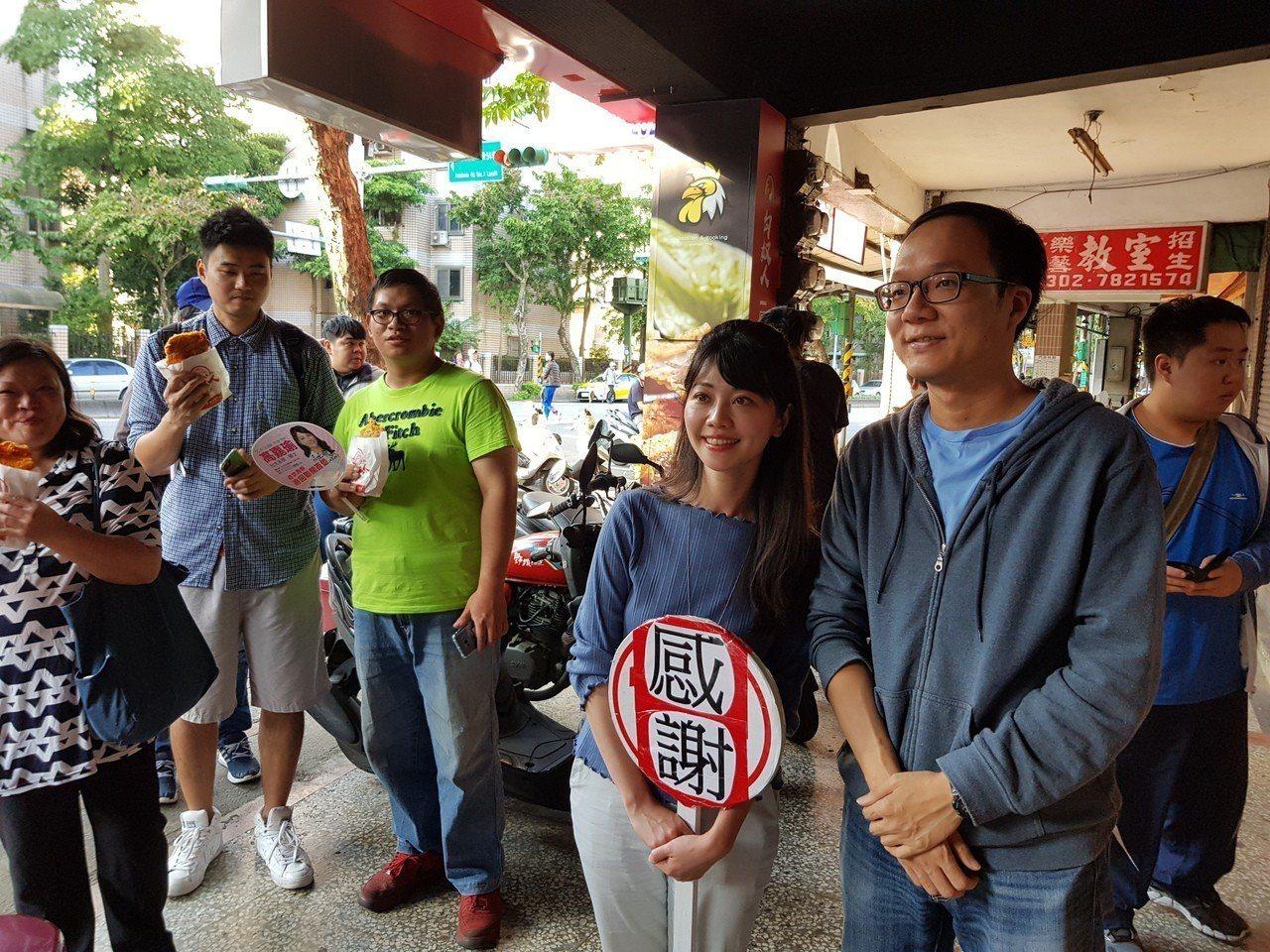 民進黨北市議員高嘉瑜有支持者在南港研究院路旁開雞排店,因高是選區第一高票今天下午...