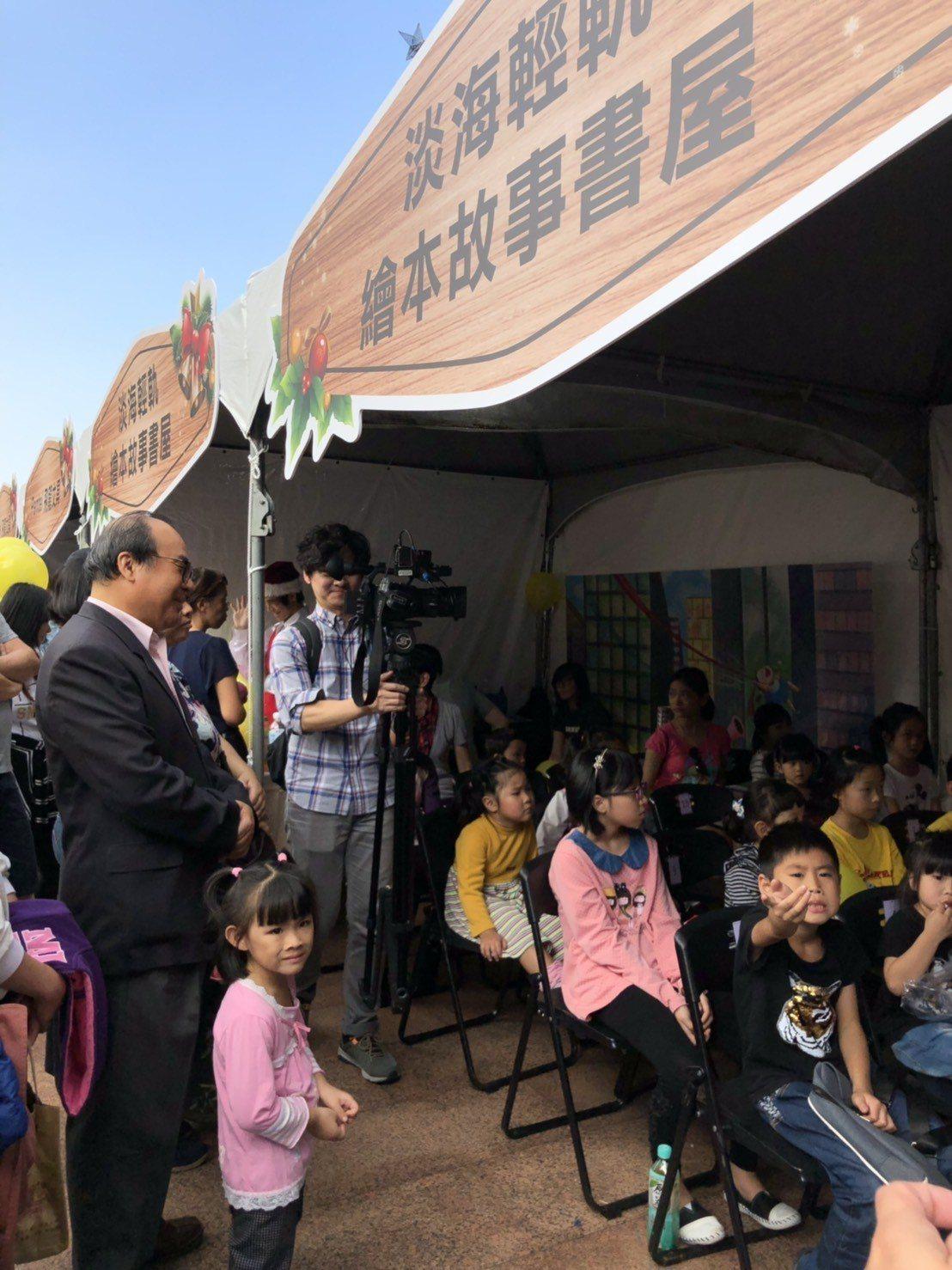新北捷運公司董事長陳建宇(左一)今天也到場陪伴聽故事,小朋友們聽得超專注。圖/新...