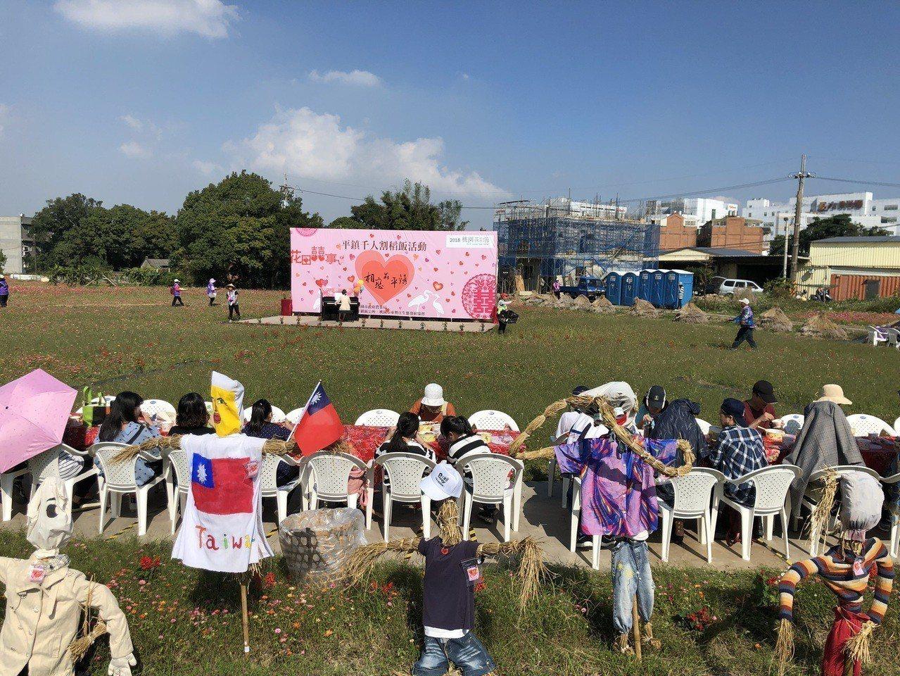 遊客在現場開心報名DIY活動,加上賞花心情好收穫多。記者鄭國樑/攝影