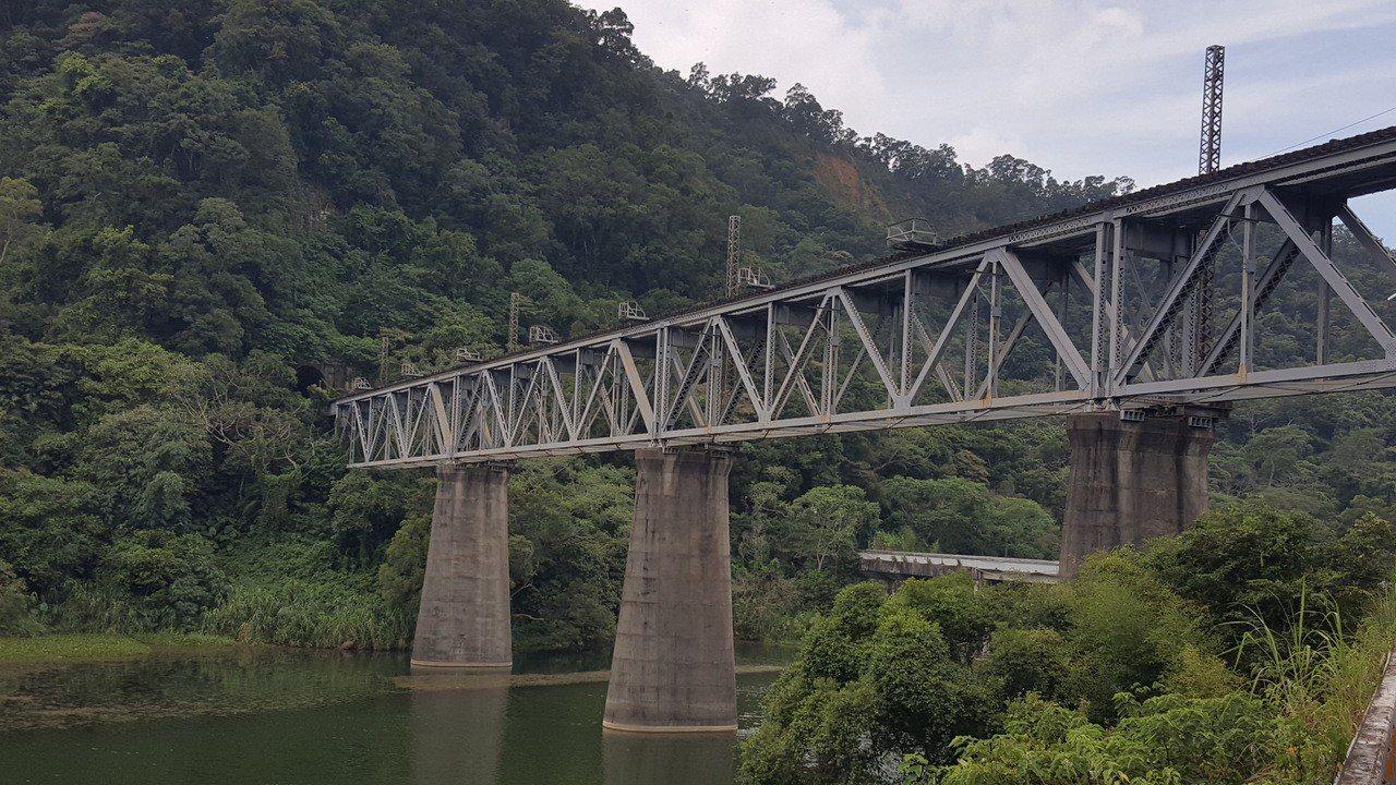 舊山線內社川橋橫跨鯉魚潭,也被稱為鯉魚潭,橋下水景明媚。記者胡蓬生/攝影