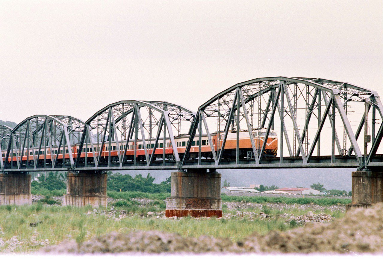 舊山線大安溪鐵橋是全台最長的花樑鋼橋,也是舊山線代表性的鐵道文化景點之一,圖為舊...