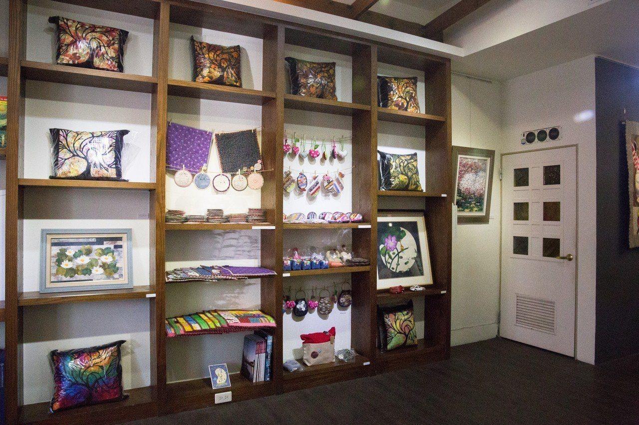 「愛你一被子」阿華拼布師生聯展,也展出身障孩子精心繡製的錢包、鉛筆盒、桌杯墊、小...