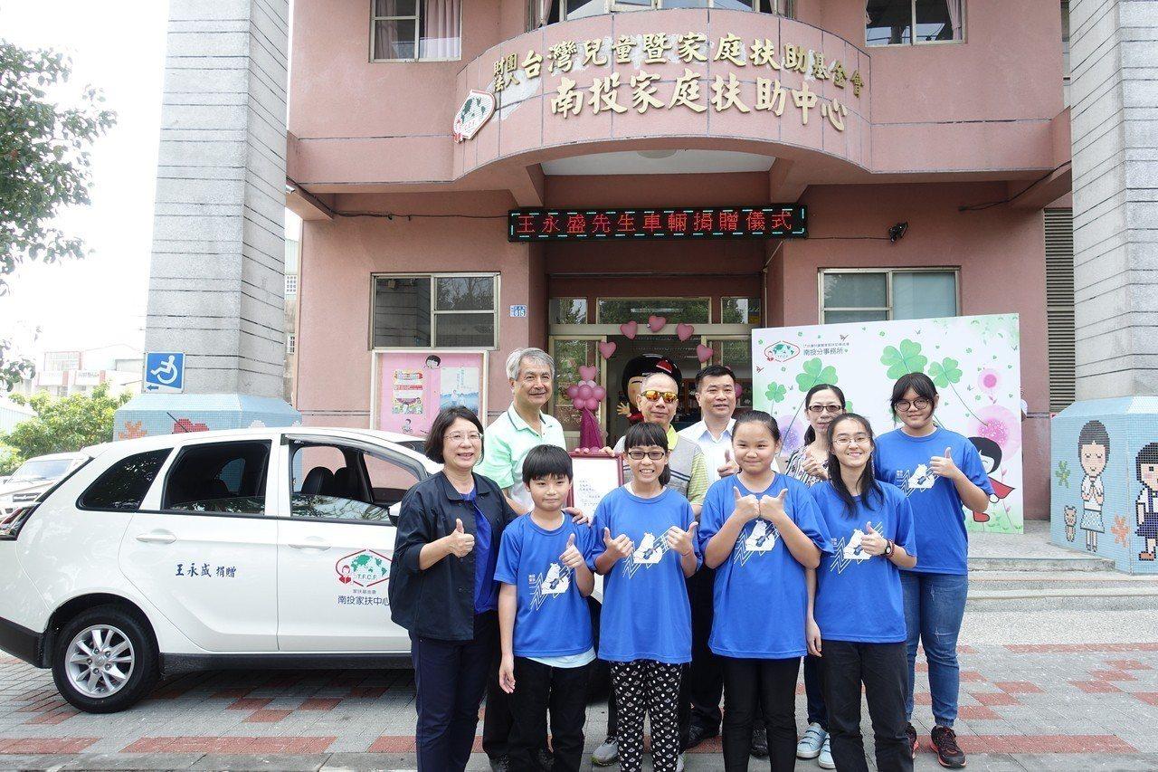 銀髮族王永盛(後排左二)長期資助弱勢兒童,退休後更關心偏鄉兒童,今天捐一輛汽車給...