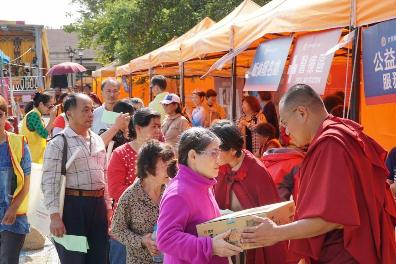主辦單位發送佛菩薩加持過的愛心物資,給仁德區低收入戶。圖/世界佛教正心會提供