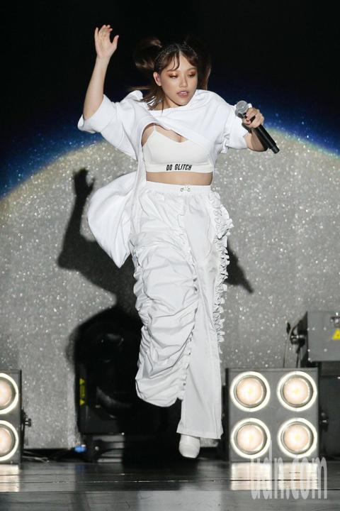 2018亞洲時尚大賞在台北中正紀念堂登場,張惠妹的外甥女有「最強怪物新人」的安那ANNA,一身全白勁歌熱舞,為亞洲時尚大賞唱跳開場。