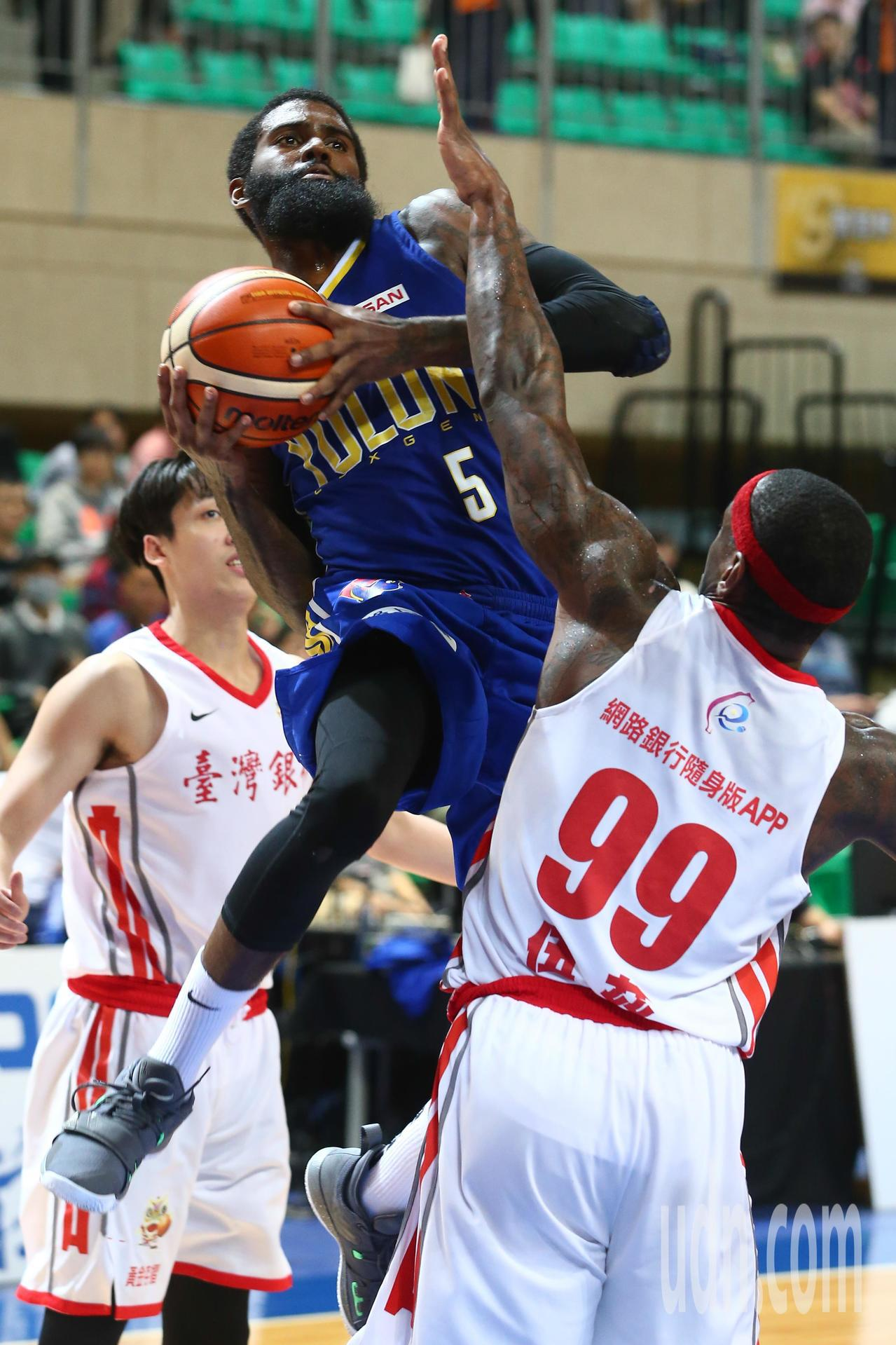 SBL超級籃球聯賽今晚在天母開打,洋將Terry Thomas(中)拿下本季新高...