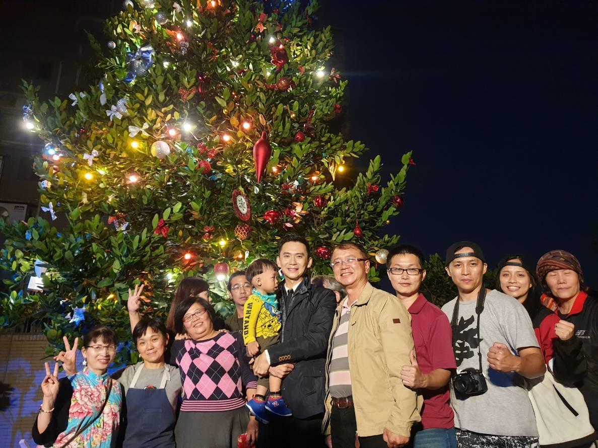 竹東鎮最大的聖誕樹今天點燈,讓現場瀰漫濃濃聖誕氣氛。圖/鄭朝方團隊提供