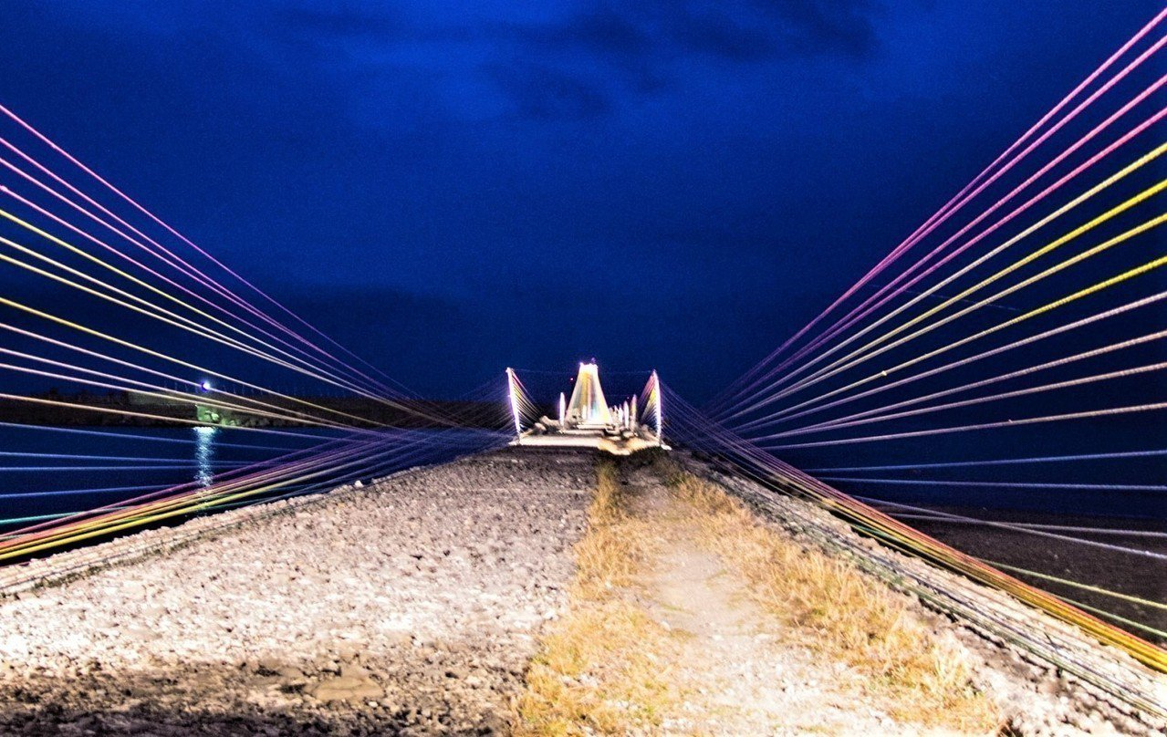 屏東縣政府在車城鄉海口港舉辦的落山風藝術季,再推愈夜愈美麗的夜間版,在光影色彩映...