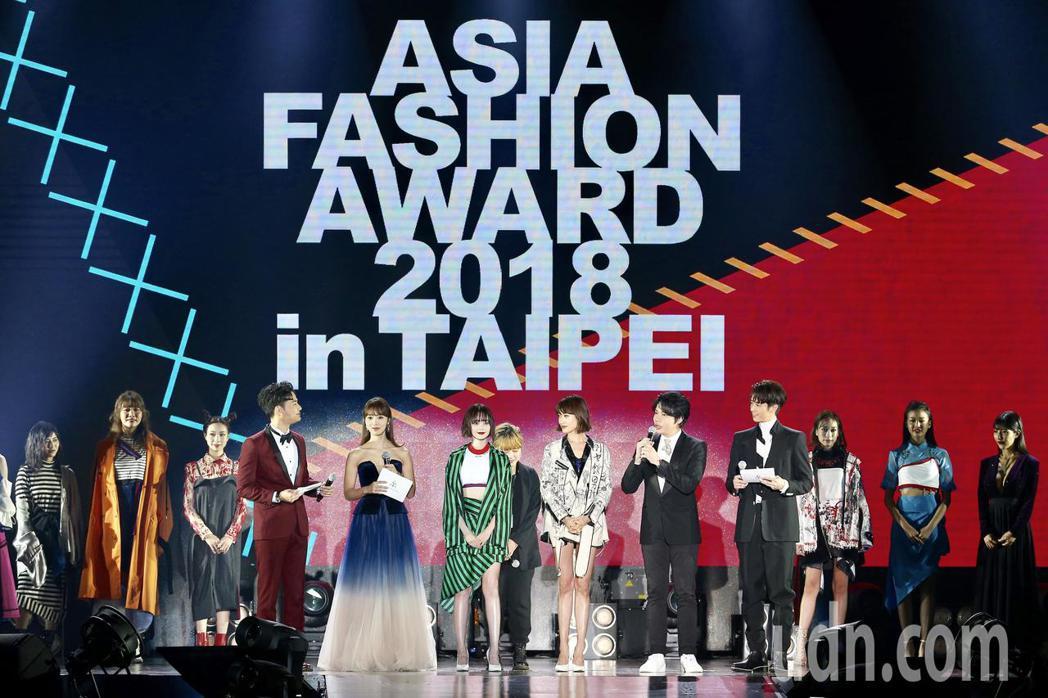 2018亞洲時尚大賞在台北中正紀念堂登場,來自多國的模特兒走秀表演。記者林伯東/