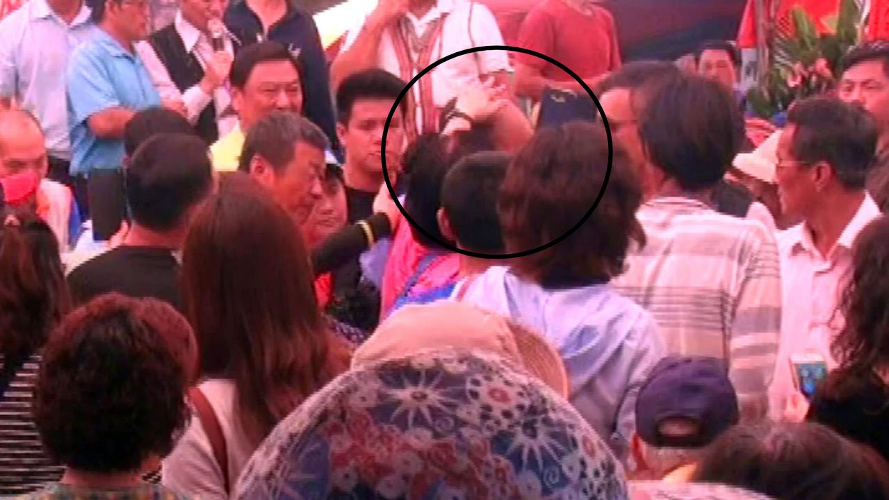 韓國瑜今天參加瓜瓜節,現場爆棚,有一名穿紅衣的歐巴桑,還興奮地偷摸了他的腦袋瓜。...