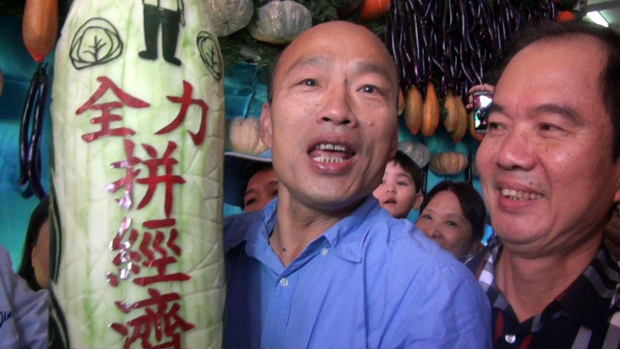 高雄市長當選人韓國瑜昨參加杉林區瓜瓜節,看到雕有自己公仔圖像,並寫著「全力拚經濟...