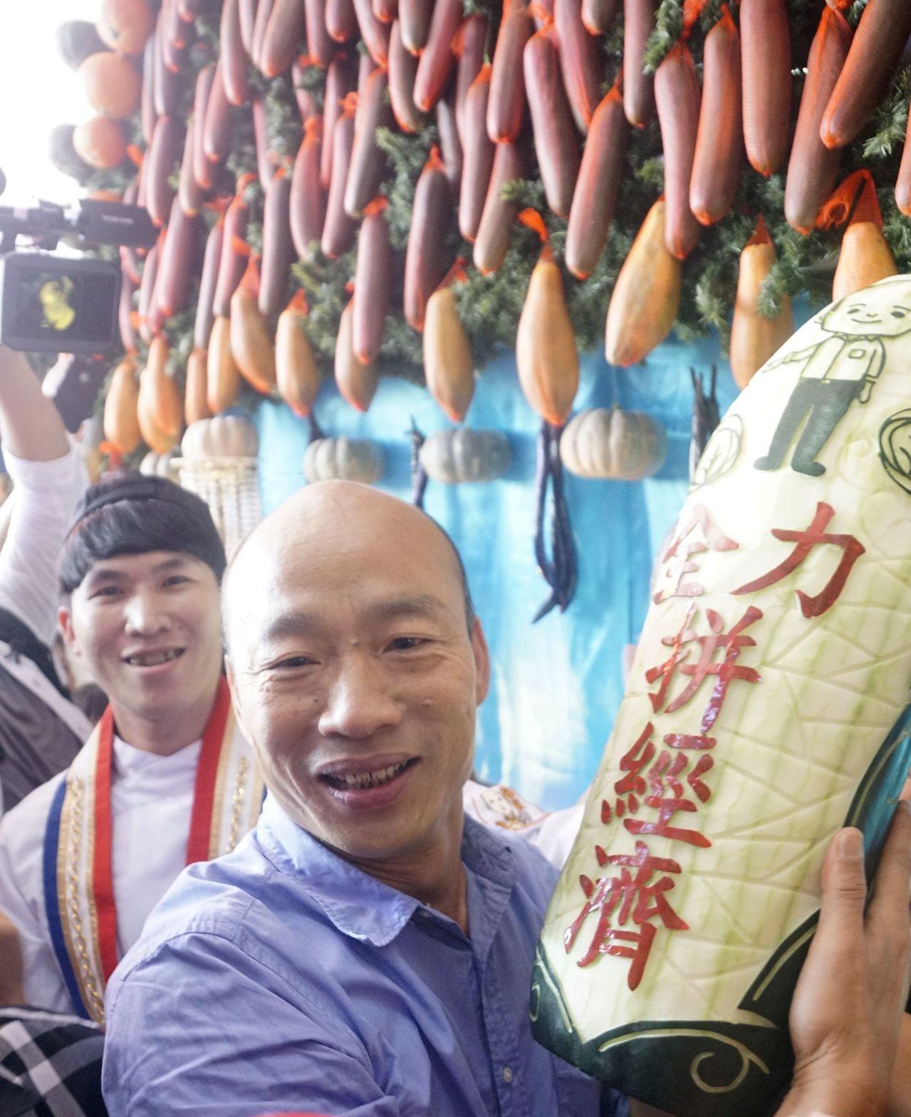 韓國瑜競選以來強調要全力拚經濟,昨天在杉林區瓜瓜節看見一顆雕刻著「全力拚經濟」的...