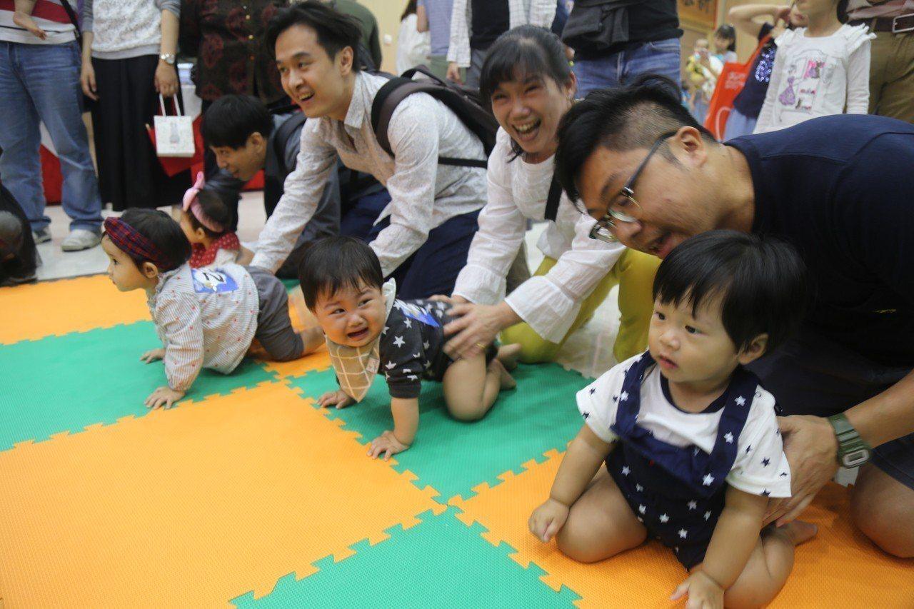一歲前孩子多練習爬行,有助於刺激腦部,更能均衡發展四肢協調性。記者郭宣彣/攝影