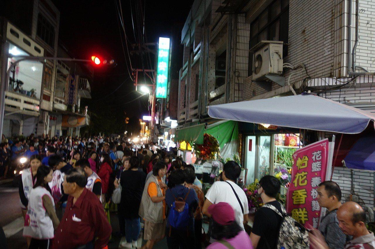 民眾從下午排隊等到晚間。記者劉星君/攝影
