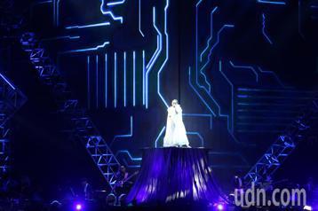 徐佳瑩「是日救星」旗艦返航版演唱會晚間在小巨蛋登場,開場演唱「言不由衷」、「高空彈跳」,老公比爾賈帶母親一起在包廂觀看。