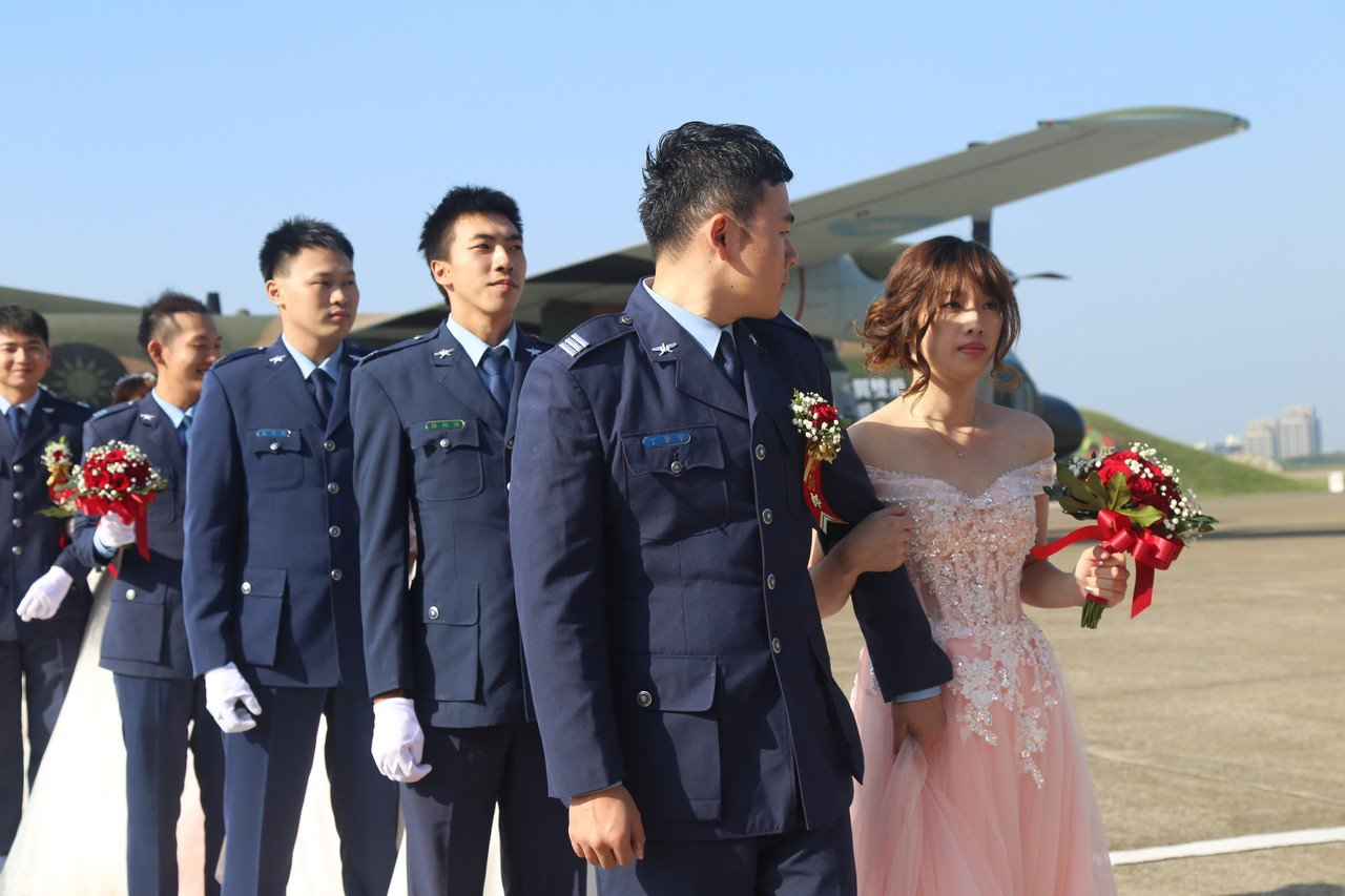 空軍司令部以「比翼雙飛、珍愛永恆」主題,在新竹空軍基地舉行官兵集團結婚,70對佳...
