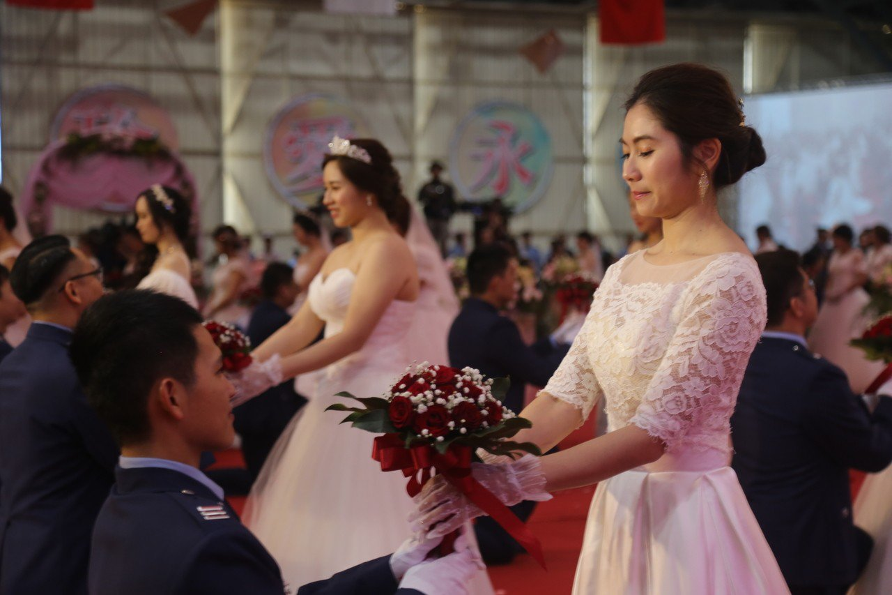 空軍司令部以「比翼雙飛、珍愛永恆」主題,在新竹空軍基地舉行官兵集團結婚。記者郭宣...