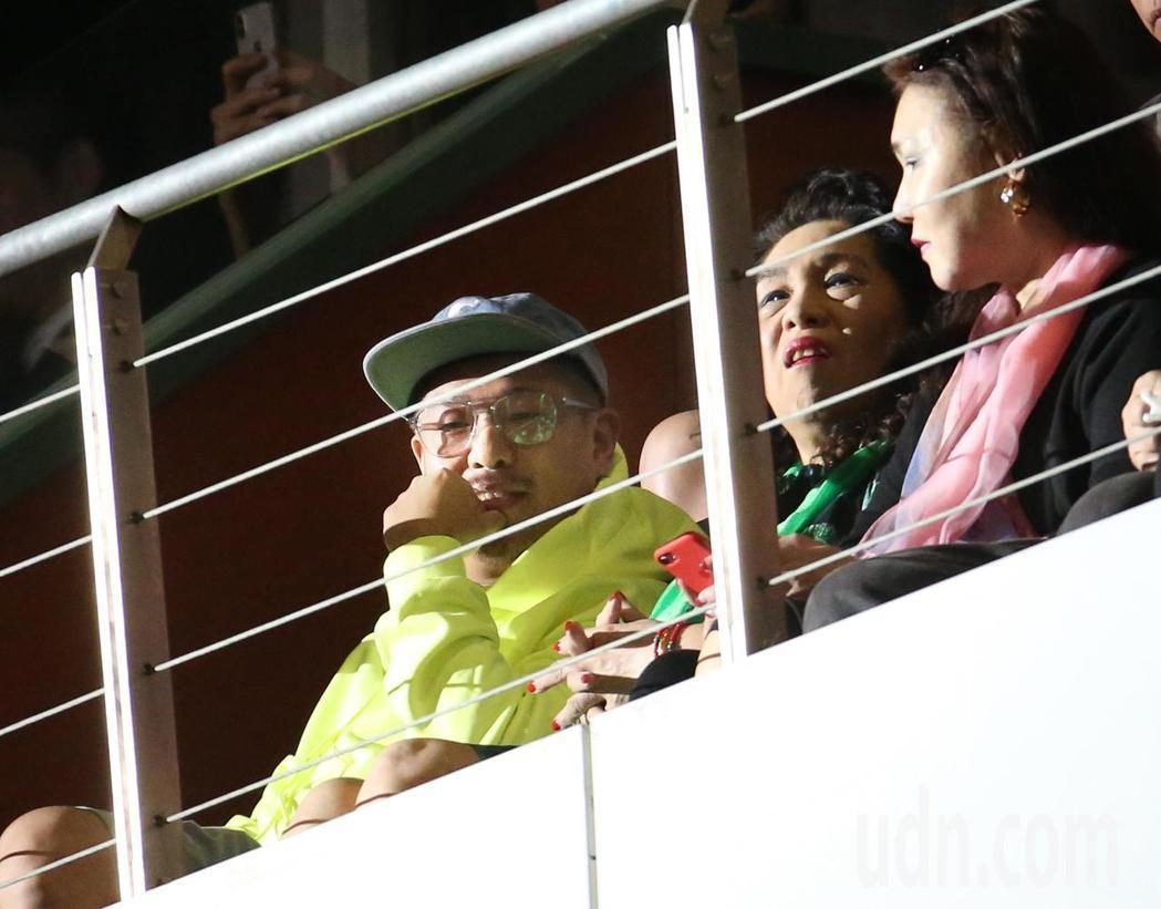 比爾賈(左)與比母親(中)在包廂觀看老婆的演唱會。記者林澔一/攝影