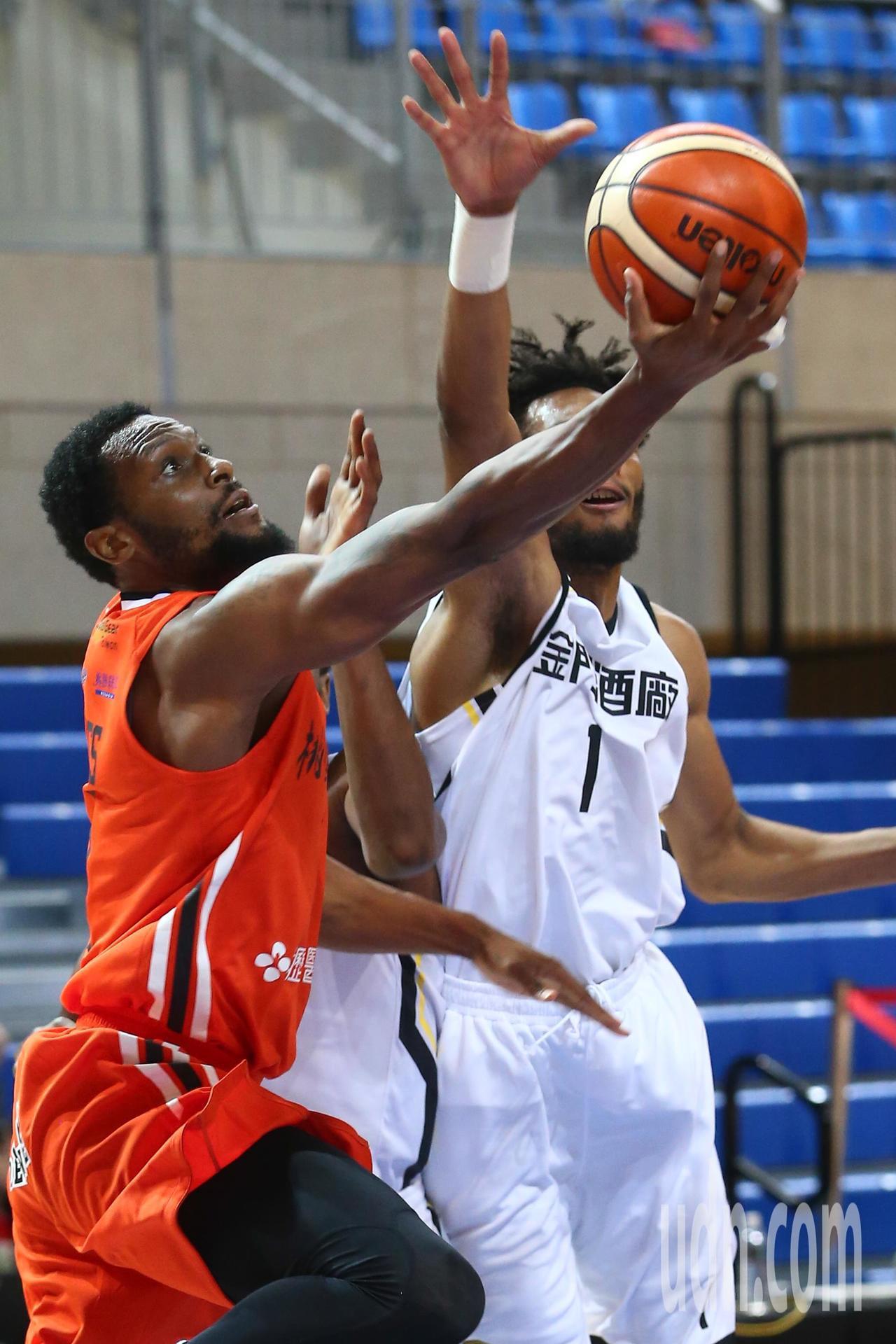 SBL超級籃球聯賽今晚在天母開打,金酒隊洋將JONES(左)雖然得到全場最高分3...