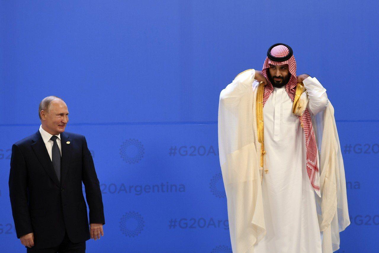 沙國王儲穆罕默德(右)正出席G20阿根廷峰會,與俄國總統普亭(左)有熱絡互動。歐...