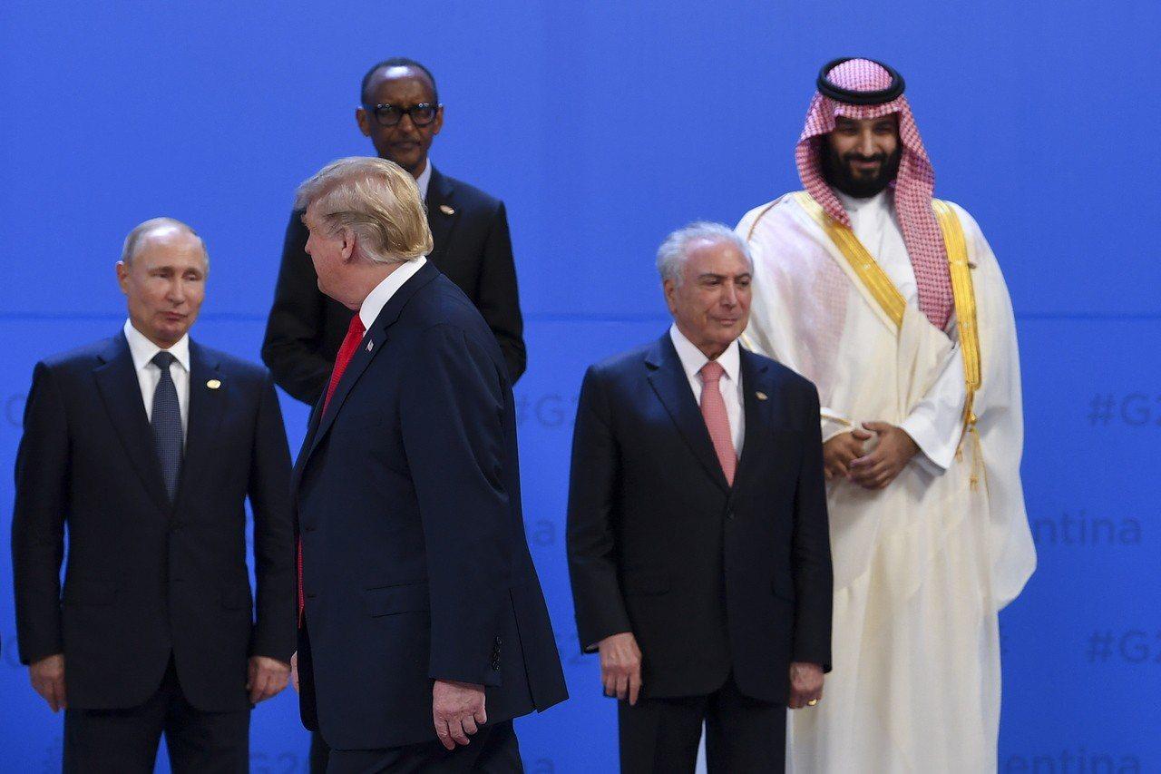 美國總統川普(左二)在G20阿根廷峰會領袖大合照時,刻意略過沙國王儲穆罕默德(右...