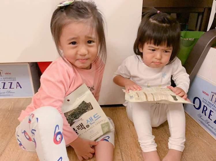 咘咘、Bo妞癟嘴假哭。圖/摘自臉書